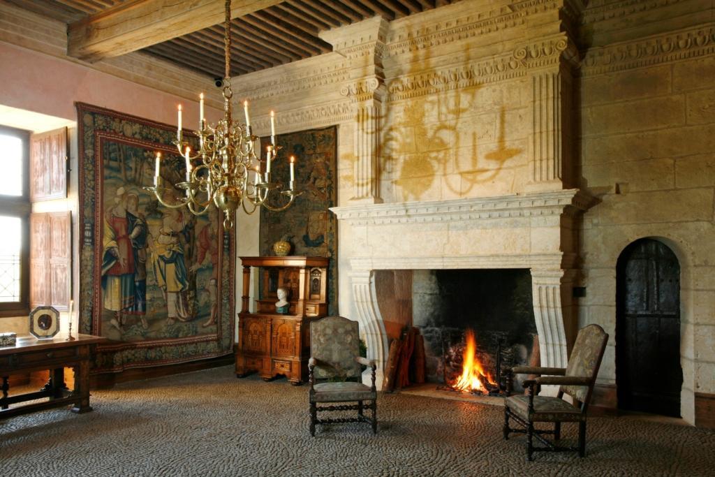 Château de Losse salle pise cheminée